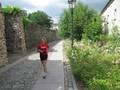 Anne durchläuft die blühenden Gärten von Bernau.